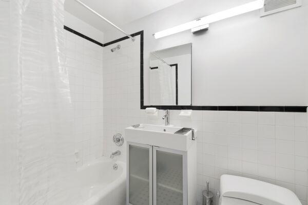 Studio Bathroom, 155 West Serviced Apartments, New York