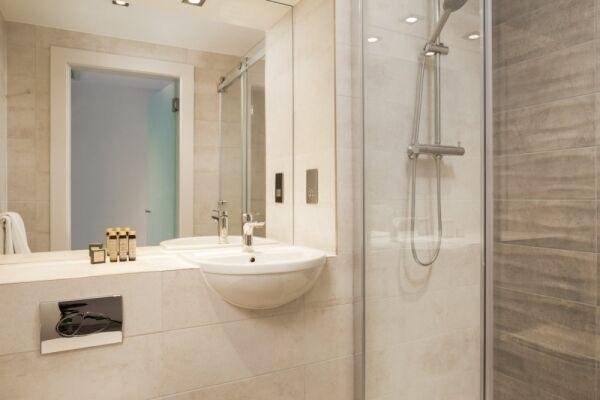 Studio Bathroom, London Stratford Serviced Apartments