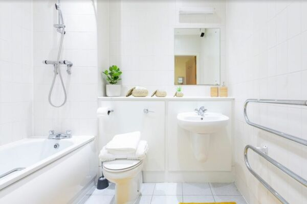 Whitehall Place Apartment in Leeds, Bathroom