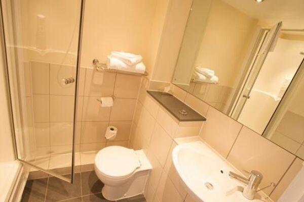 Leeds City West Serviced Apartments, Bathroom