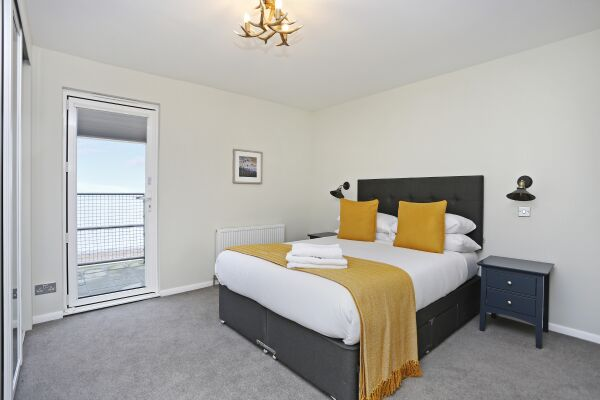 Double bedroom 2 with access to the terrace